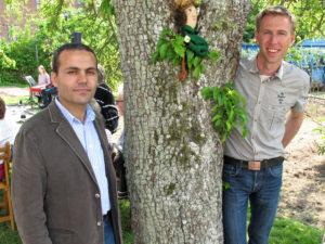 Araf Olleka och Daniel Ottosson vid invigningen av Hjärtats trädgård i Kristianstad.